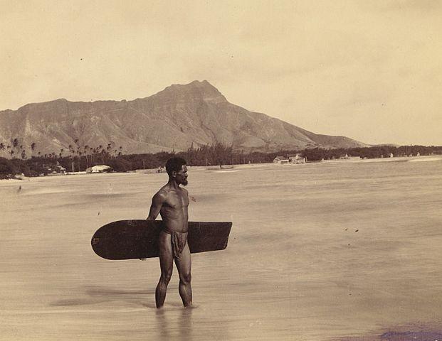 621px-Lone_Alaia_board_surfer